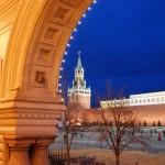 Kreml a GUM áruház árkádja alól